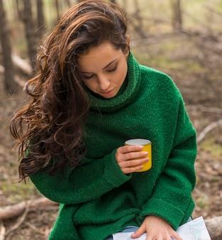 お茶のカップを持つハイアングル女性