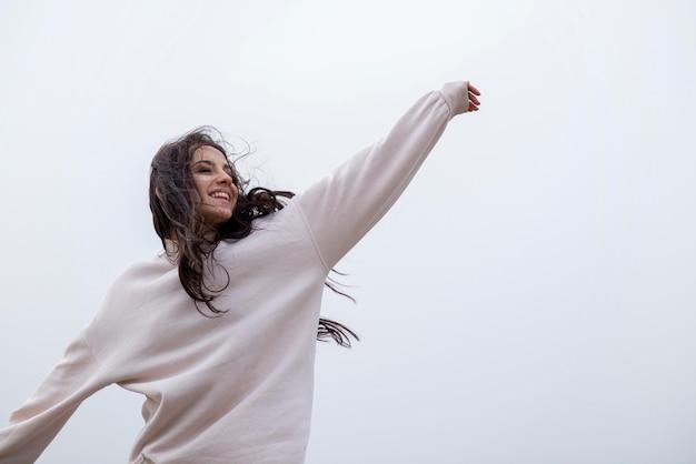 海辺でローアングル幸せな女