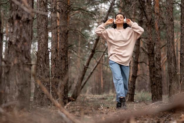 ヘッドフォンでローアングルの女性