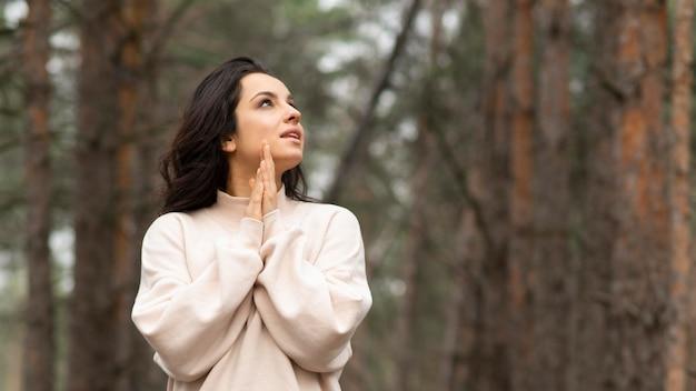 森の中の低角度の女性