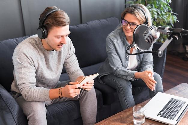Интервью с журналистами в офисе