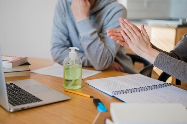 クラスの前に手を消毒する女性