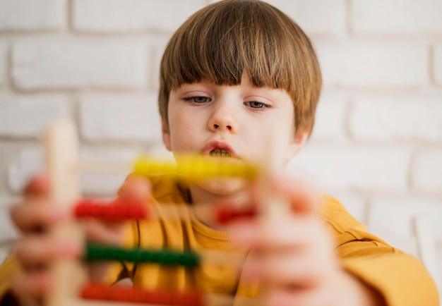 Ребенок используя счеты дома