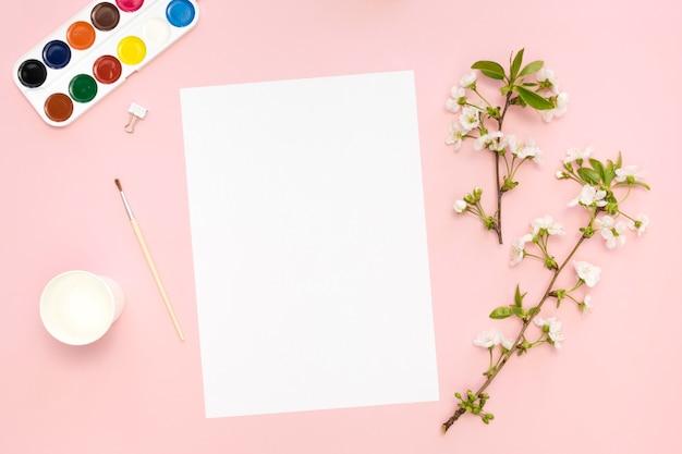 花とパレットと紙のフラットレイアウト