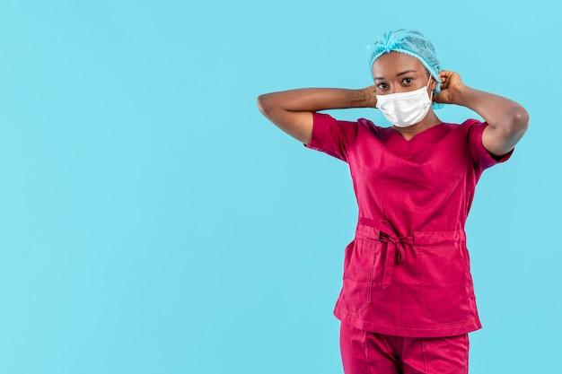 医療キャップを調整する専門の女性医師