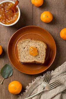 パンのスライスとみかんの自家製おいしいジャム
