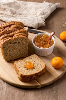 パンのスライスと自家製のおいしいジャムの高いビュー