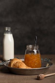 Свежее сочное домашнее варенье и молоко