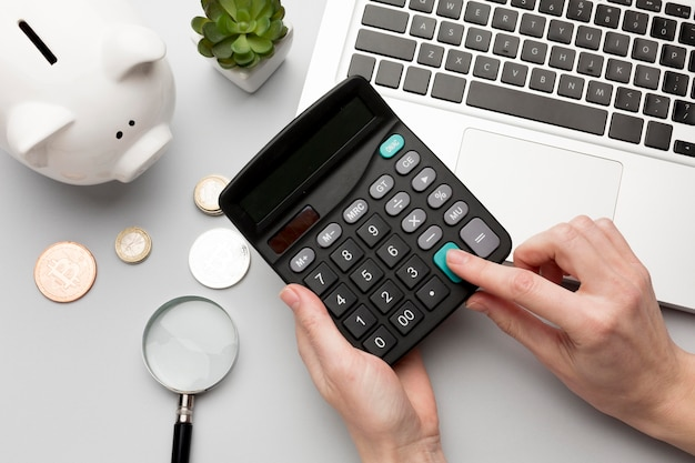 Концепция экономики с копилкой и калькулятором