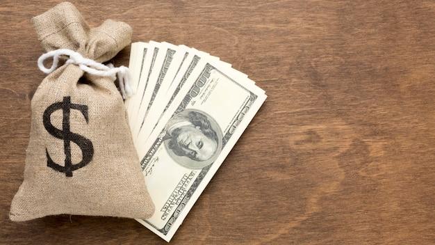 お金と紙幣の黄麻布の袋
