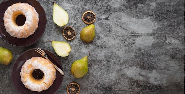 Вид сверху пончики с грушей и сушеными цитрусовыми