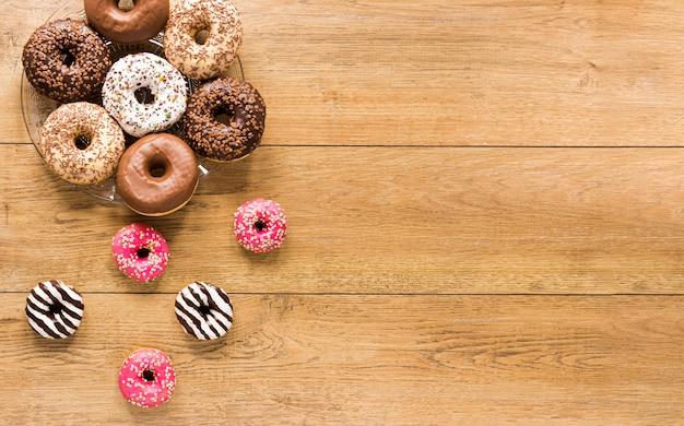 Вид сверху на ассортимент пончиков с копией пространства