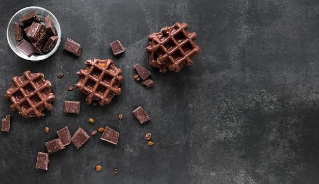 コピースペースとチョコレートワッフルのフラットレイアウト