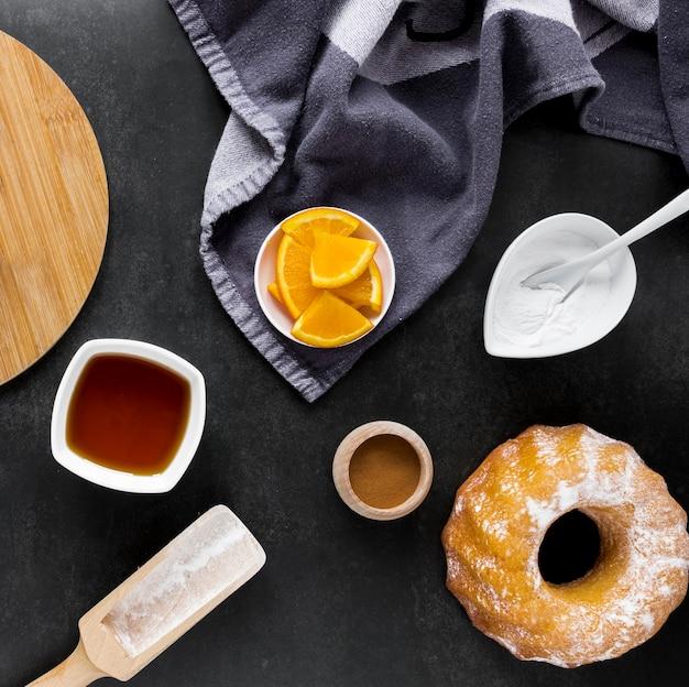 Вид сверху пончик с цитрусовыми и полотенцем