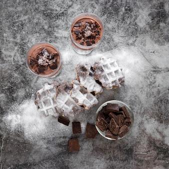 Вид сверху шоколада с молочными коктейлями и вафлями