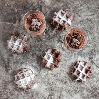 Вид сверху вафель с шоколадными молочными коктейлями