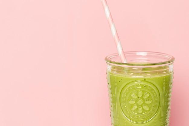 コピースペースとガラスの正面緑のスムージー