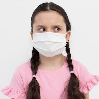 Среднечастотная девушка в маске