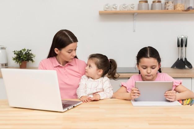 Мама и девочки за столом