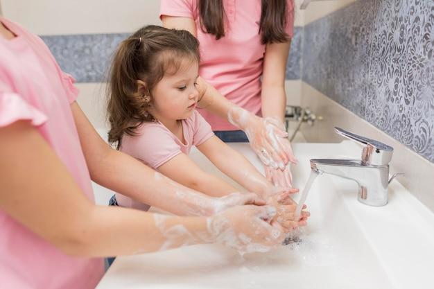Крупным планом семья моет руки