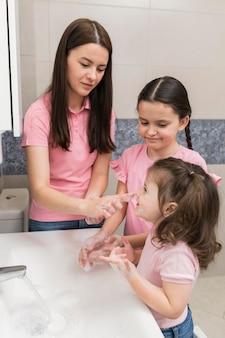 手を洗う女の子と母親