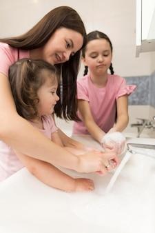 手を洗う方法を説明する母