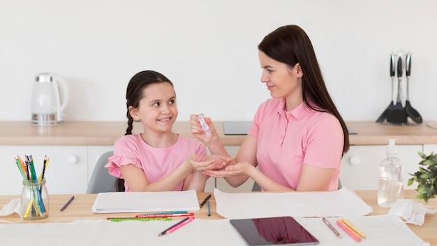 子供のための消毒薬を注ぐ母親