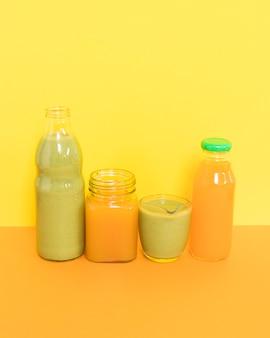 テーブルの上の栄養オレンジとキウイのスムージー