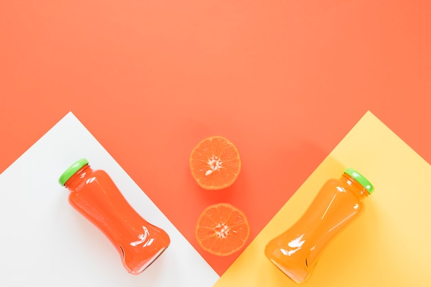 テーブルの上のオレンジとグレープフルーツのスムージー