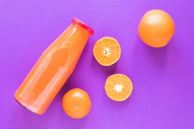 瓶の中の新鮮なオレンジのスムージー