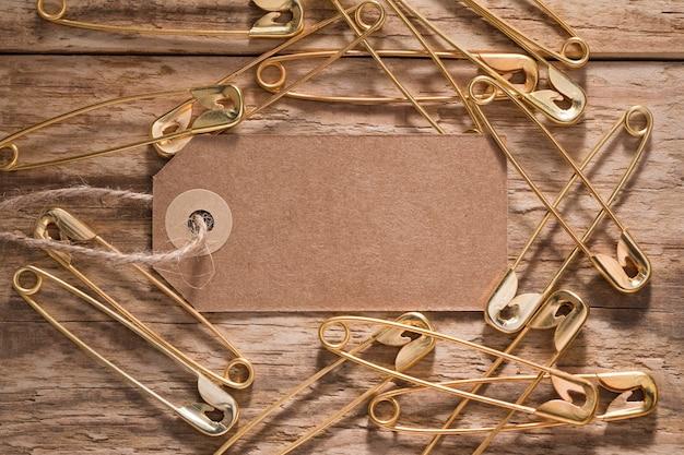タグ付きの木製の表面の安全ピンのトップビュー