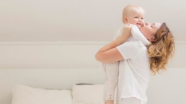 かわいい赤ちゃんの女の子と遊ぶ母