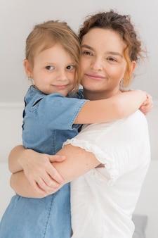 Вид спереди мама с милой девочкой