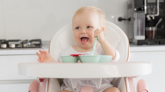 食べ物で遊ぶ愛らしい赤ちゃん女の子