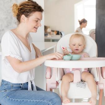 Красивая мама кормит девочку