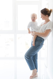 彼女の女の赤ちゃんを持つ美しい母