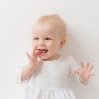 笑っているかわいい赤ちゃん女の子