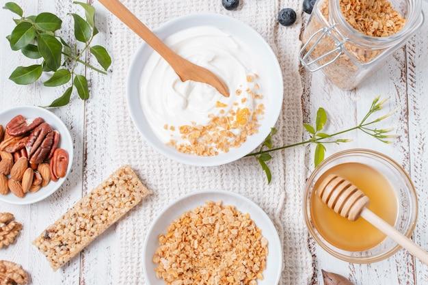 Вид сверху миску для йогурта с овсом на столе