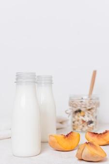 Вид спереди бутылок органического молока