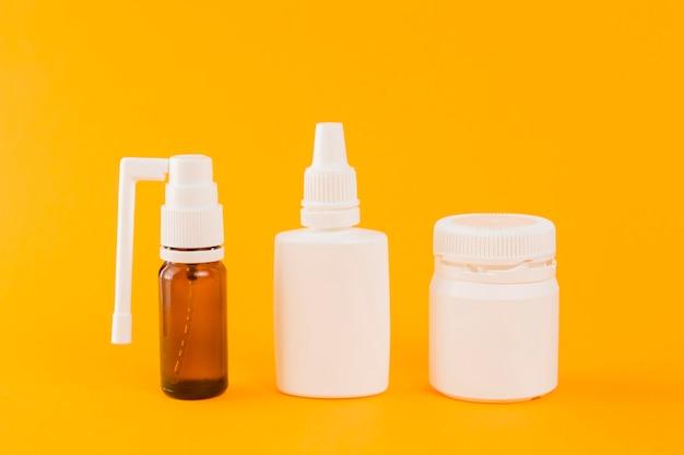 テーブルの上のさまざまな医薬品