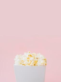 Крупный план соленая коробка попкорна с копией пространства