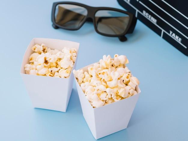 Макро вкусные коробки попкорна готовы быть поданы
