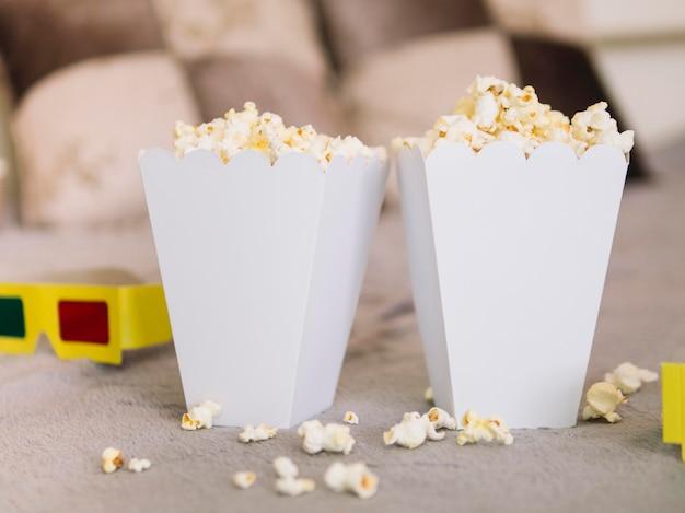 Вид спереди вкусные коробки попкорна