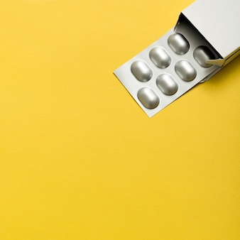錠剤箔とコピースペースのトップビュー