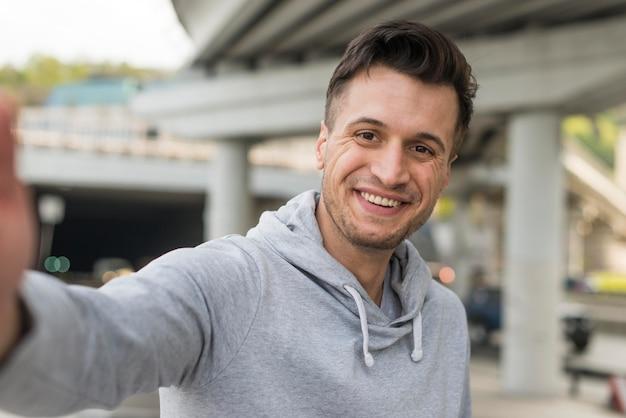Портрет улыбающегося взрослого мужчины