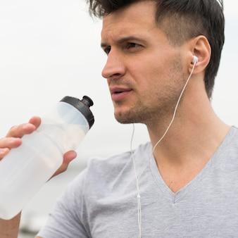 Крупным планом подходит мужская питьевая вода