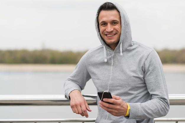 Портрет взрослого мужчины, улыбаясь на открытом воздухе