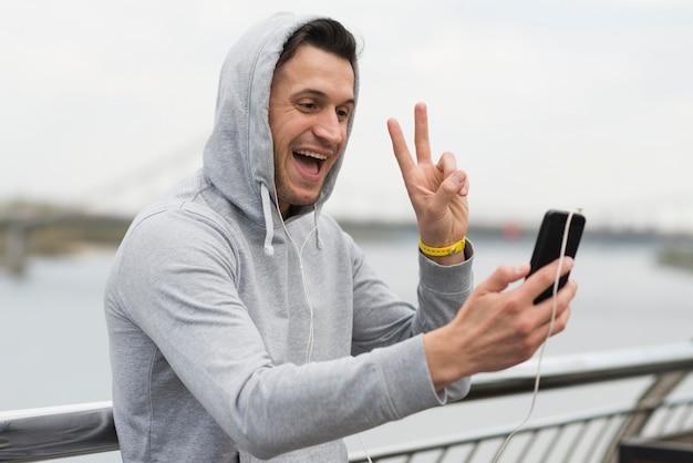 Счастливый взрослый мужчина видео звонит другу