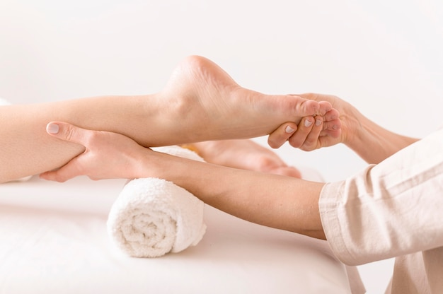 Боковой вид женщины массаж ног