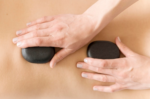 Концепция массажа крупным планом с камнями